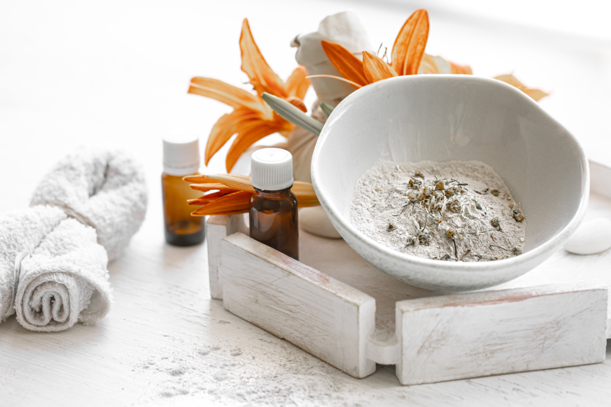 How to combine clay with essential oils